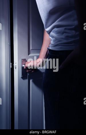Zurück zur Seitenansicht des Mannes eine interne Tür öffnen - Stockfoto
