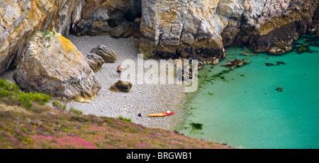 Im Sommer, eine geheime Kiesstrand, das Meer Iroise (Bretagne - Frankreich trifft). Plage de Galets Baignée Par - Stockfoto