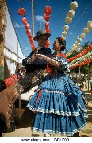Eine gut gekleidete paar auf dem Pferderücken zu teilen ein Glas Wein. - Stockfoto