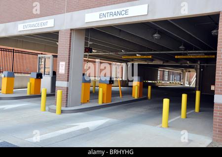 Parkplatz Deck Eingang und Ausgang mit Stand. - Stockfoto