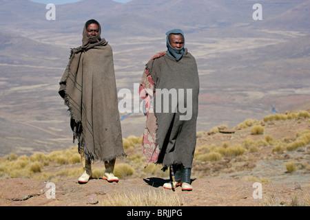 Basotho-Hirten, die lebt mit seinem Vieh in die hohe Malutiberge des Königreichs Lesotho, Südafrika - Stockfoto