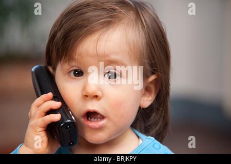 Kleiner Junge mit Handy - Stockfoto