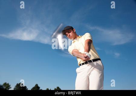 Eine männliche Golfer schwingen seines Vereins. - Stockfoto