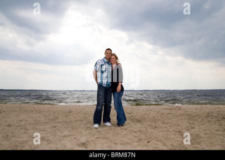 Glückliches Paar Ganzkörper Schuss stehend Strand - weiße glücklich umarmt Romantik Liebe Liebhaber kaukasischer - Stockfoto
