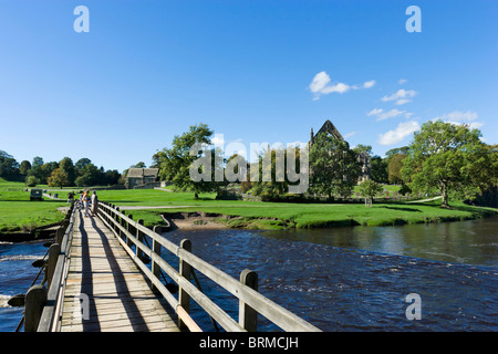 Bolton Priory gesehen von der Brücke über den Fluß Wharfe, Bolton Abbey, Wharfedale, Yorkshire Dales, North Yorkshire, - Stockfoto