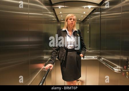 Frau im Aufzug - Stockfoto