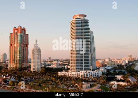 Luxus Eigentumswohnung Hochhäuser an einem tropischen Ort im Morgenlicht - Stockfoto