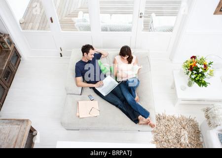 Paar auf Sofa - Stockfoto