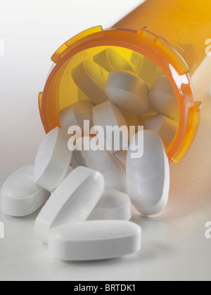 Weißen Pillen aus verschreibungspflichtige Medikament Medizin Flasche, USA - Stockfoto