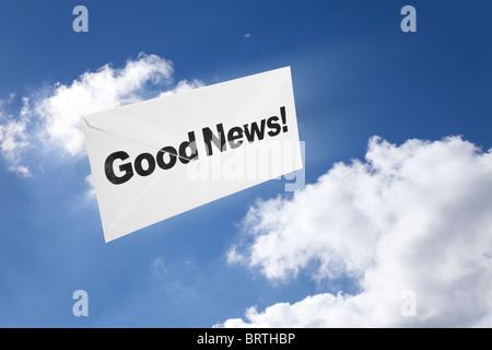 Gute Nachrichten, Umschlag und blauer Himmel, Erfolgskonzept
