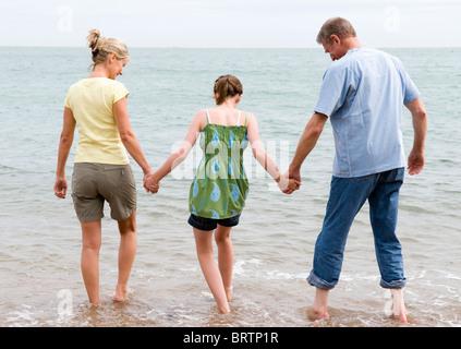 Mädchen am Strand mit Großeltern - Stockfoto