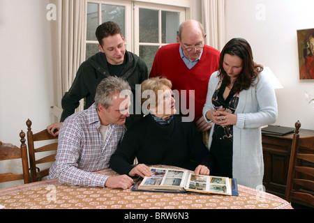 Familie rund um Foto-album - Stockfoto