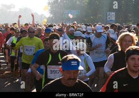POSEN, POLEN - OKTOBER 10. Poznan Marathon startet. 11. Auflage. 10. Oktober 2010 in Poznan, Polen. - Stockfoto
