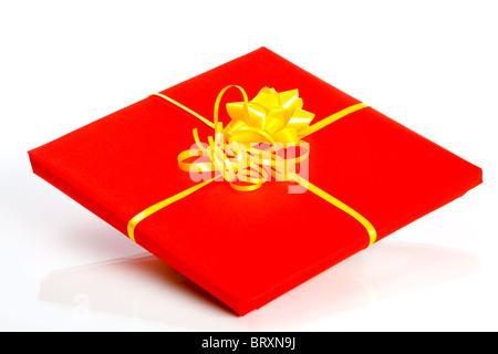 Einzelner roter Geschenkkasten isoliert auf weißem Hintergrund - Stockfoto