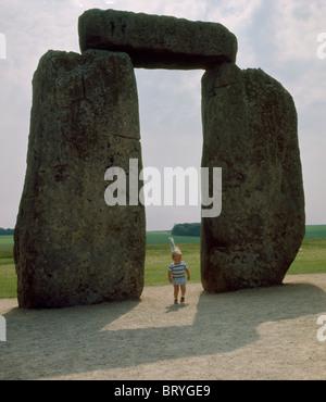 England Wiltshire Stonehenge & Kind - Stockfoto