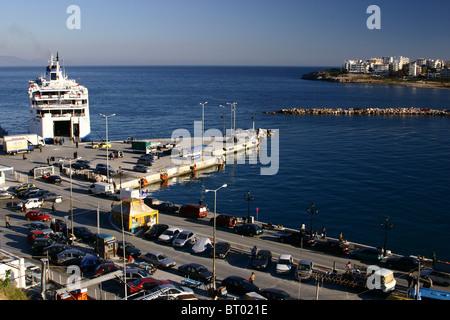 Eine Fähre im Hafen von Rafina ist bereit, nach Kykladen-Inseln zu segeln. - Stockfoto