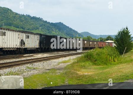 Eine Reihe von Norfolk Southern Kohlenwagen in Dickinson Schiene Hof in der Nähe von South Charleston, West Virginia - Stockfoto