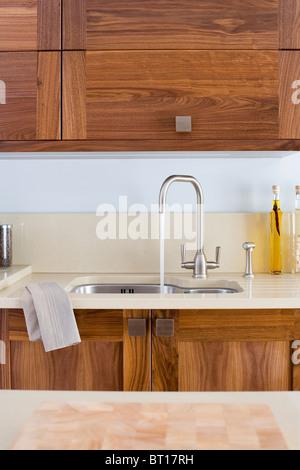 ... Chrom Mischbatterie Gießt Wasser In Under Set Waschbecken Im Modernen  Küche Mit Dunklem Holz Ausgestattete