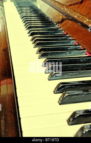 Alten Grunge-Klavier mit alten Hinweis Blätter Textur - Stockfoto