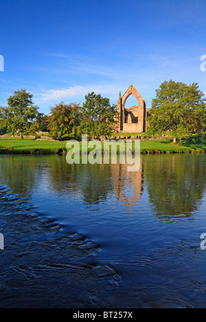 Bolton Priory und Stepping Stones, Flusses Wharfe, Bolton Abbey, Yorkshire Dales National Park, North Yorkshire, - Stockfoto