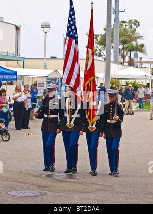 Marine Junior High School Schüler sind die Color Guard auf dem RBPD Open House. - Stockfoto