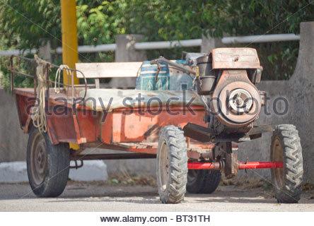 Ungewöhnliche hausgemachte Fahrzeug von einem Diesel engined Pflug befestigt einige Räder - Griechenland - Stockfoto