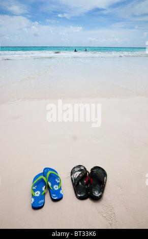 Strand von Kran-Bay mit einem Mann und Frau Surfen und paar Flip Flops, Karibik, Barbados - Stockfoto
