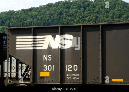Eine Nahaufnahme von der Norfolk Southern Railway Logo branding auf einer Gondel Kohle Auto in West Virginia, USA. - Stockfoto