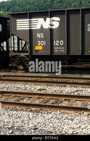 Eine Nahaufnahme der Norfolk Southern Railway Logo auf einer Gondel Kohle Auto in West Virginia Railyard. - Stockfoto