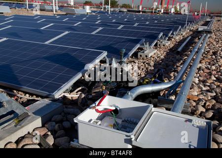 Denver, Colorado - Sonnenkollektoren auf dem Dach der Harrington Elementary School installiert wird. Stockfoto