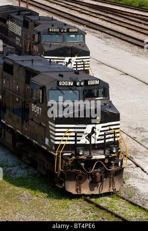 Zwei Norfolk Southern #9087 & #8919 GE D9-40CW-Lokomotiven (Zug Motoren) sitzen in der Dickinson, WV Rangierbahnhofs - Stockfoto