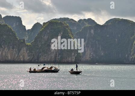 Boote in der Halong Bay am Abend, Vietnam - Stockfoto