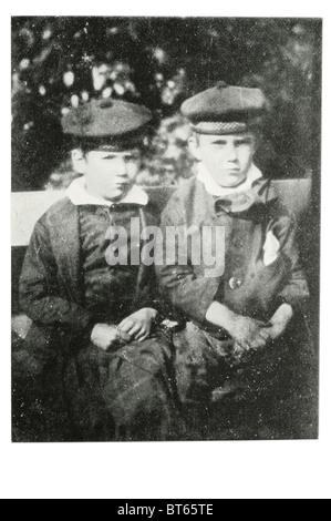 Robert Louis Balfour Stevenson rechts im Alter von 8 mit Cousin 13. November 1850 – 3. Dezember 1894 schottischen - Stockfoto