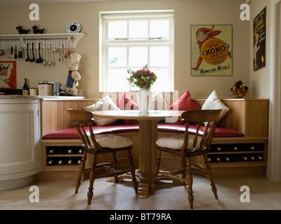 ... Runder Tisch Und Holzstühle In Küche Esszimmer Mit Sitzgelegenheiten  Ausgestattete Bankett Unter Fenster   Stockfoto