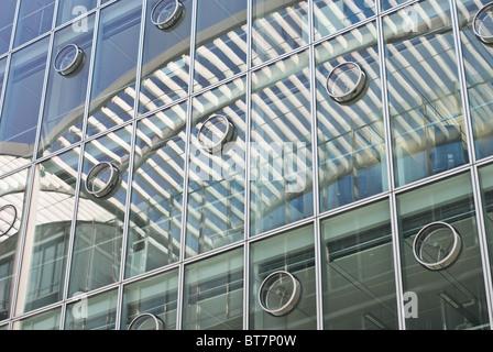 Moderne Corporate Architecture mit abstrakten Überlegungen - Stockfoto
