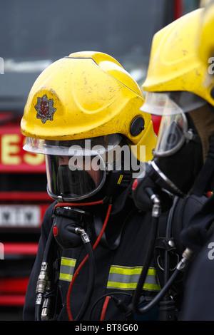 Zwei Feuerwehrleute tragen von Atemschutz - Stockfoto