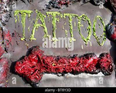 Tattoo Zeichen in grün mit einem roten Richtungspfeil weist uns den Weg ins Studio Ayia Napa Zypern - Stockfoto