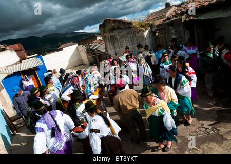 Indianer, in bunten Kostümen tanzen im Kreis während des Inti Raymi-Festivals in der Provinz Pichincha, Ecuador. - Stockfoto