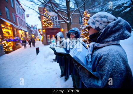 Christmas Carolers auf Rue du Petit Champlain in unteren Old Quebec City, Kanada - Stockfoto
