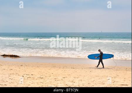Surfing USA: Männliche Surfer Höhenplan Spaziergänge am Venice Beach, Los Angeles, Kalifornien, Neoprenanzug tragen - Stockfoto