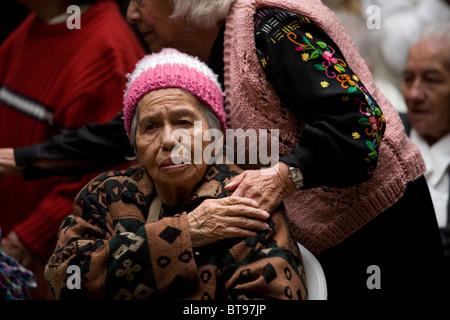 Freiwilliger Vicentiner hält die Hand von Esperanza Sanchez, 86, in Our Lady of Guadalupe Home für ältere Menschen, - Stockfoto