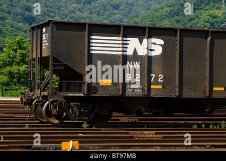 Nahaufnahme eines Norfolk Southern Kohle Autos in Dickinson Schiene Hof in der Nähe von South Charleston, West Virginia - Stockfoto