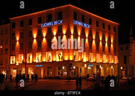 Fassade eines Modehauses beleuchtet in der Nacht, Am Marienplatz, München, Bayern, Deutschland, Europa - Stockfoto