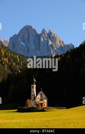 St. Johann Kirche vor der Geisler-Massivs, Ranui, Valle di Villnösser Tal, Dolomiten, Südtirol, Italien, Europa - Stockfoto