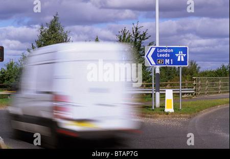 Van vorbei Schild mit Beginn der Autobahn M1 in der Nähe von Leeds Yorkshire UK - Stockfoto