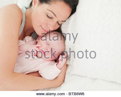 mutter kuscheln ein schlafendes baby in ihren armen stockfoto bild 34968378 alamy. Black Bedroom Furniture Sets. Home Design Ideas