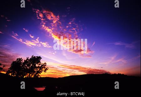 Sonnenuntergang über Ullswater See. Der Lake District. Cumbria. England. Goldenen Wolken und schönen tiefblauen - Stockfoto