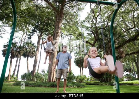 Vater und Töchter auf Schaukel - Stockfoto