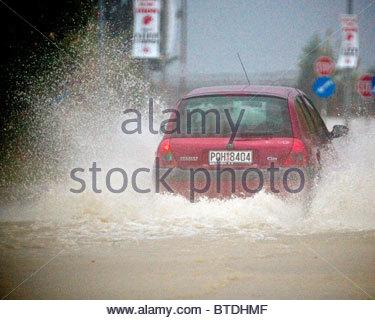 Starkregen überflutete Straßen in einigen Teilen von Griechenland - Stockfoto