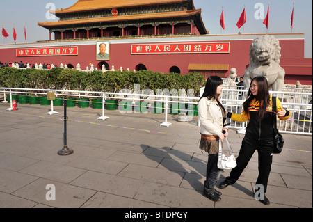 Touristen erkunden Sie außerhalb der Platz des himmlischen Friedens in Peking, China - Stockfoto